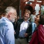 Dr. Rudolf Velhagen (rechts) im Gespräch mit Gemeinderat Martin Egloff (mitte)
